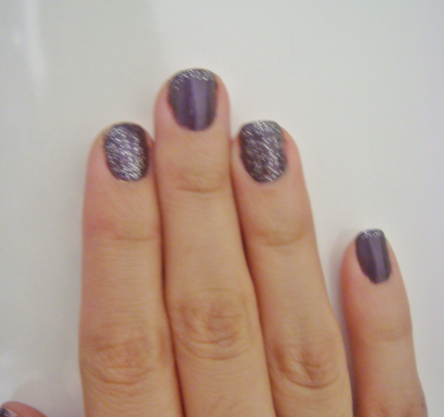 dsc06037 Esmalte da semana: Inglesinha com roxo acinzentado da Risqué e o Prata Glitter da Avon
