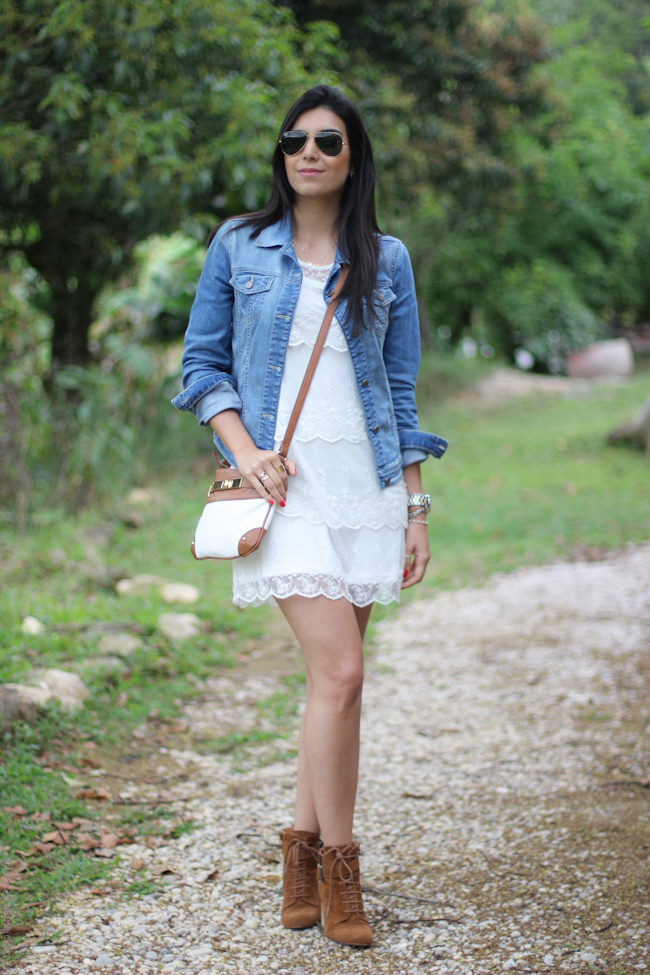 look-jaqueta-jeans-amarrada-na-cintura-fashion-estilo-style-borboletas-na-carteira-2-31 Moda de rua:  Jaqueta jeans