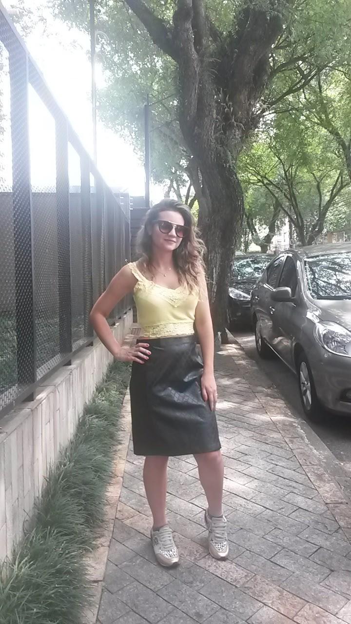 20160213_144135-e1455498898946 Look da Ka: Mistura inusitada saia de couro + top cropped amarelo