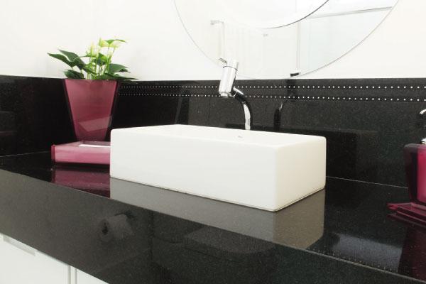pia-banheiro-granito-preto-sao-gabriel Missão quem casa quer casa : Escolha das soleiras de granito para o apartamento